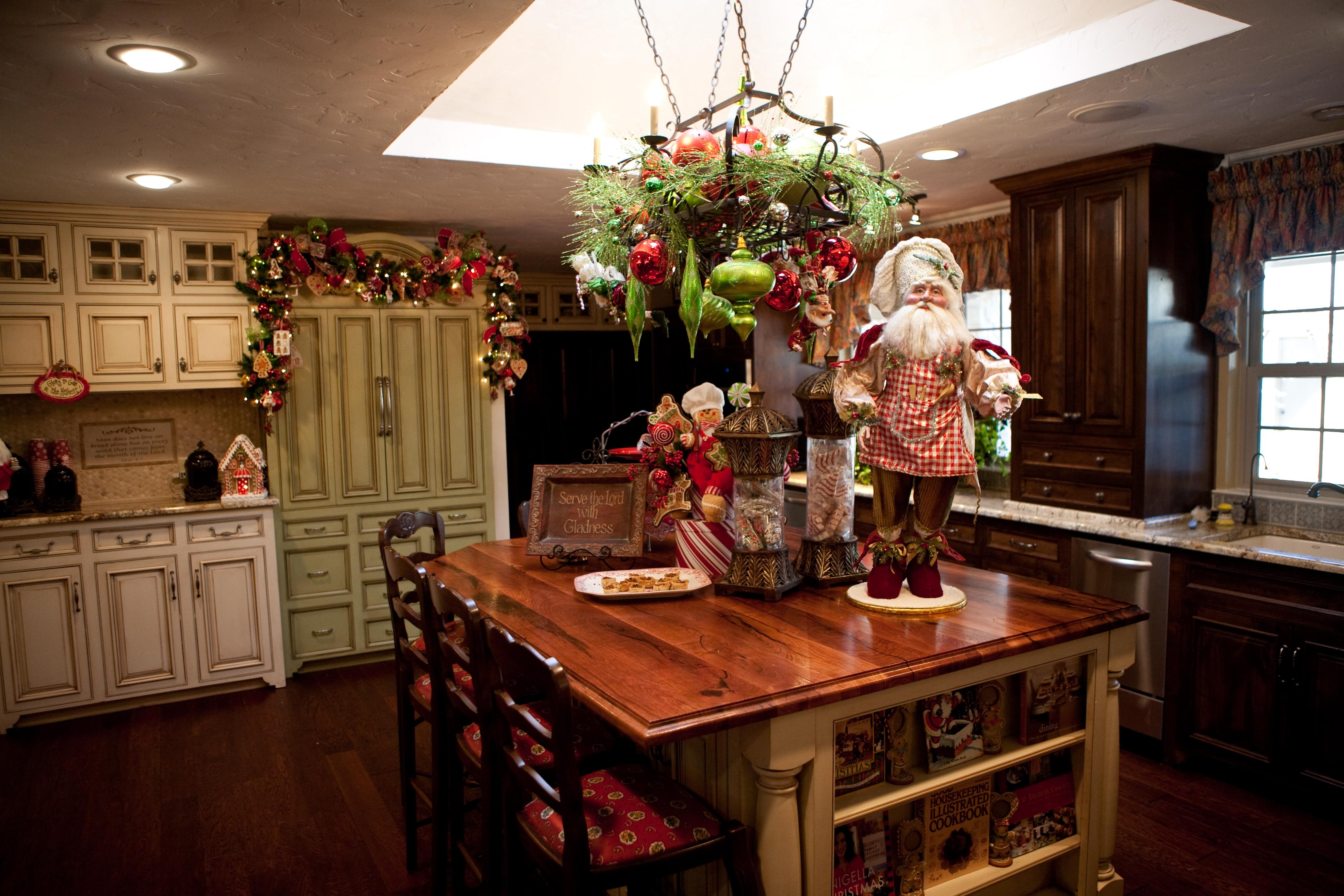 kitchen island Christmas decor in Kitchen Christmas Decoration Ideas | LovelySpaces.com