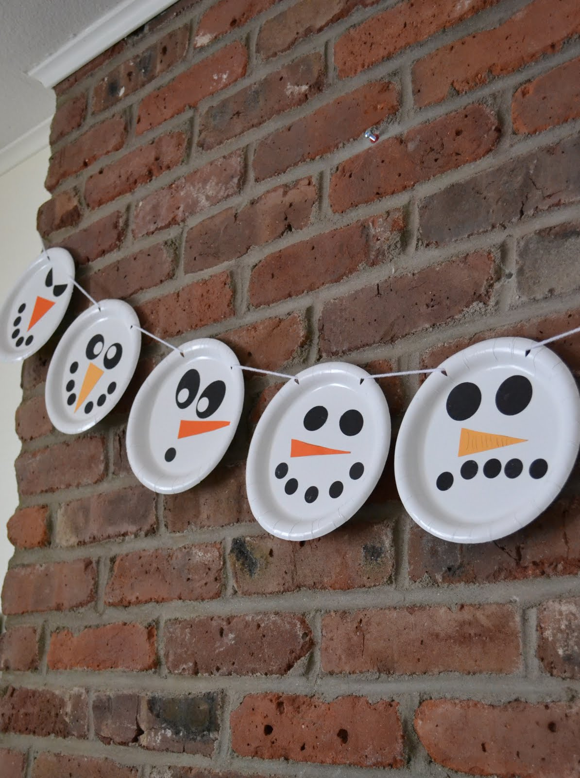 paper plate snowman in Christmas DIY decorations for kids bedrooms | lovelyspaces.com