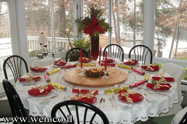 Christmas dining table in Kitchen Christmas Decoration Ideas | LovelySpaces.com