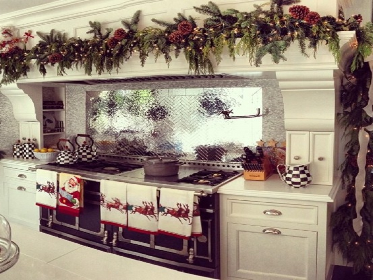 garlands over oven in Kitchen Christmas Decoration Ideas | LovelySpaces.com